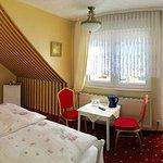 Schlafen mit Comfort - 28 cm hohe Matratzen. Gästezimmer verfügt über 2 Balkone.