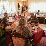 Gemütlicher Frühstücksraum mit reichhaltigem Frühstücksbuffet. So kann der Tag beginnen :-)