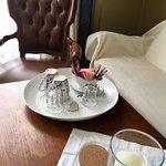 Kaffee und Tee inkl. Wasserkocher steht in allen Gästezimmern zur Verfügung. Geschirr wird täglich kostenfrei getauscht.