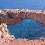 Pont naturel toujours en direction de Konnos, venant du Cap Greco