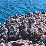 Beauté des roches et de l'eau limpide et turquoise toujours en direction de Konnos