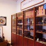 多種款式及價格的紫砂茶壺。 Purple-clay teapots in a wide range of styles and prices.