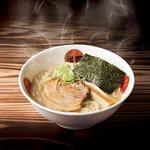 東京豚骨醤油 熟成光麺 じっくり熟成させ、よりクリーミーに仕上げたスープ 自慢の豚骨スープは8~12時間かけて熟成し、コク、旨みをしっかり 引き出しました。スープを一口飲んだあとの、香ばしい醤油の風味が 香る、東京トンコツの逸品を是非お楽しみください。