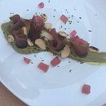 Délicieux ! Un carpaccio de thon avec un guacamole fait maison et des amandes effilées !