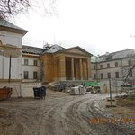 A kastély elölről nagy felújítás alatt.