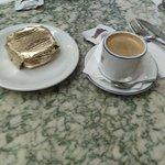 Café expresso acompanhado de alfajor.