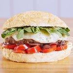 KIKA Pan de queso, Burger de ternera 180g. Tomates cherry, Mozzarela, Rúcula, Aceitunas negra y Salsa La Burguería. La Burguería - Las Lomitas - Lomas de Zamora.