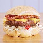CHEESEBURG LB Pan c/ Sésamo, Burger de ternera 180g. Cheddar, Panceta tostada y Salsa Jack Daniel's BBQ. La Burguería - Las Lomitas - Lomas de Zamora.