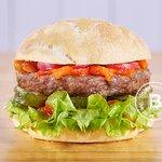 KUMAR Pan de papa, Burger de ternera 180g. Lechuga francesa, Pepinos agridulces, Cilantro, Menta y Chutney de tomates. La Burguería - Las Lomitas - Lomas de Zamora