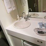 洗面台はトイレ・シャワーとは別に入り口そばに設置