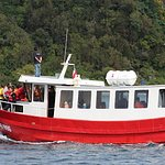 Lancha Kawesqar II, embarcación donde se realiza el tour.