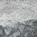 IL cartello in marmo con le orme attorno