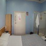 stanza - sulla sinistra un armadietto e a destra la doccia.