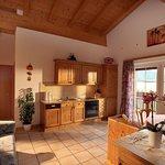 Die Küche in der Ferienwohnung Gartenblick ist bestens ausgestattet: Wasserkocher, Kaffeemaschine, Geschirrspüler, E-Herd mit Backofen, Dunstabzug, Kühlschrank, Gefrierschrank, Fernseher, Radio, gemütliche Sitzecke, Couch, ausreichend Koch- und Essgeschirr vorhanden