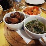Tris di antipasti, peperoni con tonno, acciughe al verde e cipolline in agrodolce