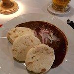 Goulash con carne y pan en el restaurante U Tri Houslicek