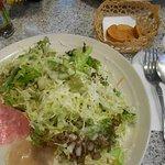 山盛りのサラダにカリカリフランスパンの付け合わせ