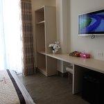 Diện tich 20 m2, với 1 giường 1,6m Nội Thất sang trọng hiện đại, có ban công, bồn tắm nằm Hướng nhìn ra hai mặt  đường Phòng có cửa sổ, thoáng mát yên tĩnh đón được gió thiên nhiên Số người phục vụ: 2 người / phòng. thêm 1 người sẽ phụ thu 50.000 đ. Miễn phí : 02 chai nước suối ( 350 ml ) Giờ nhận phòng: 13h00 Giờ trả phòng: 12h00 Nhận phòng sớm hoặc trả phòng muộn sẽ được tính thêm mỗi giờ 30.000 đ. Giá đã bao gồm Thuế VAT 10%