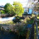 三石神社の前に流れる源兵衛川