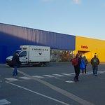 L'extérieur et l'entrée du magasin IKEA.