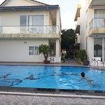 L'hôtel vu de la terrasse/piscine