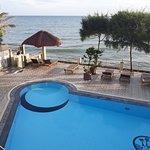 La piscine/terrasse vue depuis l'hôtel