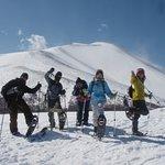 スノーシューハイキング冬山体験 無事に雪の山に登頂! 雄大な雪山をバックに記念撮影~