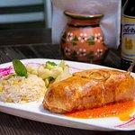 CHILE EN HOJALDREDO Y AL HORNO Asado, queso, picadillo o deshebrada. Acompañado con arroz blanco y verduras al vapor.