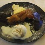 La cerise sur le gâteau ...la tarte Tatin flambée au Calvados et sa vanille Bourbon ...