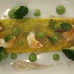 Il raviolo farcito con broccoli e patate, scampi arrosto e salsa di acciughe