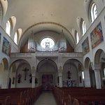 L'interno della Chiesa con i murales.