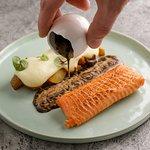 Филе форели на пару подается с жареным беби-картофелем, картофельным муссом и двумя стихиями чес