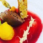 Mousse au Chocolate mit Kokos verfeinert Küchlein von weißer Schokolade Sorbet von der Mandarine