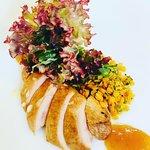 Brust von geräucherter Wachtel dünn aufgeschnitten & als Fächer gelegt Sauce von Kumquats marinierte Linsen Salat-Bouquet in Vinaigrette
