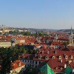 Vista de la ciudad bajando por la calle Nerudova - 2