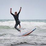 Surfen am Strand von Piha