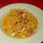 Espaguete com frutos do mar e vinho branco.