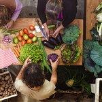 La preparazione delle verdure raccolte nell'orto