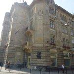 Dużo ciekawiej wygląda ten budynek z narożnika. Dzisiaj mieści się w nim szpital miejski . Kiepskie zdjęcie - robione pod słońce .