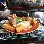 Φωτογραφία: Mick O Neills, Irish Pub. 24 hour sports bar & restaurant