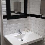 Chouette lavabo très sérieux et murs carrelés