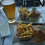 햄버거와 맥주!! 근데 감자칩은 눅눅해요