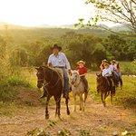 Passeio a cavalo na Estância Mimosa! Percorra os campos da região e fique em sintonia com a natureza. Foto: Beto Nascimento