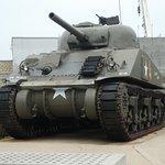 Un char non loin de l'entrée du musée.