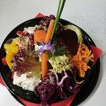 ich zählte 7 verschiedene frisch zubereitete Salate. Alle individuell mariniert. Geschmakvoll auch fürs Auge. Absolut Klasse