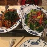 Crevettes au basilic. Emincé d'entrecôte parisienne dans un lit de brocoli