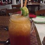 Mango- und Cranberrysaftmocktail