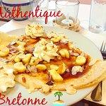 Crêpe du moment : Caramel au beurre salé fait maison, bananes rôties, Chantilly, Amandes effilées