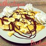 Crêpe «Bananeq» : Chocolat Chaud Maison, Bananes Rôties, Chantilly