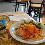 delicioso almuerzo: pollo grillado con verduras